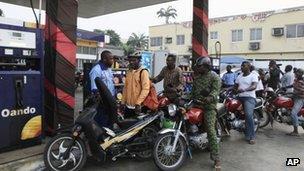 Nigerians in Lagos queue to buy petrol - 8 January 2012