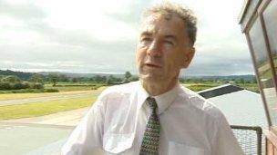 Bob Jones, sefydlydd a rheolwr Maes Awyr Canolbarth Cymru