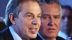 Tony Blair a Peter Hain yn Y Barri yn 2005