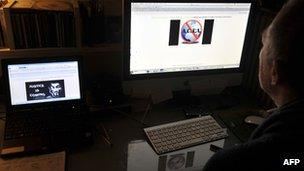 A journalist looks at the defaced Greek justice ministry website (3 Feb 2012)