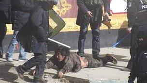 Tibetan protester and security forces