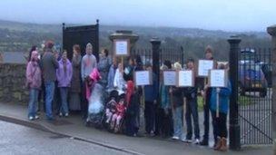 Protestwyr ger Mynwent Llanbeblig