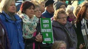 Protestwyr yn erbyn cau ward yn Ysbyty Bryn Beryl