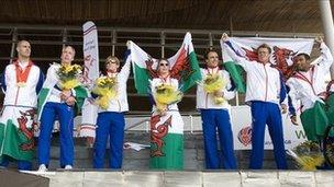 Paralympwyr Cymru yn cael croeso adre ar ôl y Gemau yn Beijing