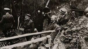 David Lloyd George yn ymweld â'r milwyr yn y ffosydd