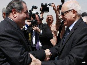Iraqi Foreign Minister Hoshyar Zebari greets Arab League Secretary General Nabil al-Arabi in Baghdad (25 March 2012)