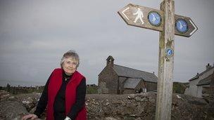 Dr Margaret Wood ger Eglwys Llanbadrig
