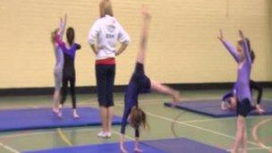 Elin Catrin Owen yn hyfforddi gymnasteg