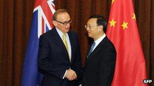 Australian Foreign Minister Bob Carr (L) meets with Chinese Foreign Minister Yang Jiechi at the Foreign Ministry in Beijing on 14 May, 2012