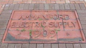 Plac yr hen Ammanford Electric Supply a welir yn Heol y Ffowndri – un ardal lle mae adfer yn mynd i ddigwydd