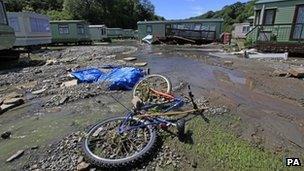 Difrod llifogydd ar safle carafannau yng nghanolbarth Cymru