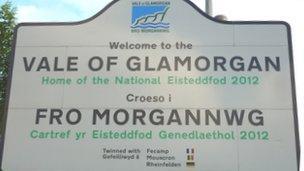 Arwydd Bro Morgannwg sy'n nodi mai yno mae'r Eisteddfod yn 2012