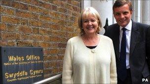 David Jones gyda Cheryl Gillan