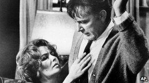 Elizabeth Taylor a Richard Burton mewn golygfa o'r ffilm 'Who's Afraid of Virginia Woolf'