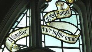 Ffenest mewn eglwys