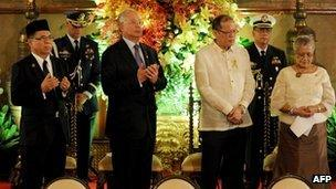 From left: MILF chief Murad Ebrahim, Malaysian Prime Minister Najib Razak, Philippine President Benigno Aquino and Philippine government peace negotiator Teresita Deles praying before the signing of the framework agreement in Manila, 16 October 2012