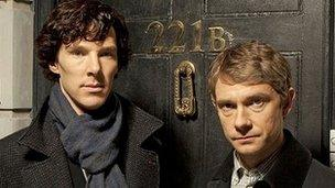 Benedict Cumberbatch fel Sherlock Holmes a Martin Freeman fel Dr Watson