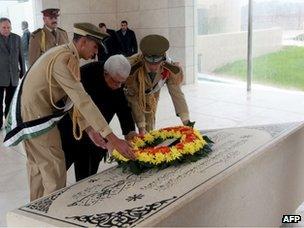 Mahmoud Abbas lays a wreath on the tomb of Yasser Arafat in Ramallah (11 November 2012)