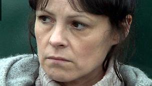 Catrin Powell yn chwarae rhan Cadno