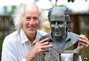 Terry Nutkins beside a bust of himself in 2010