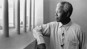 Mandela yn ei gell yn y carchar ar Ynys Robben