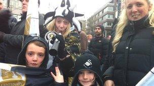 Nicola Squires gyda'i phlant Elle, 11, Drew, saith oed a Darci, pump oed