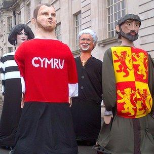 Cerfluniau o Ness o'r gyfres Gavin and Stacey, y chwaraewr rygbi Gethin Jenkins, y canwr Tom Jones ac Owain Glyndwr yn yr orymdaith yng Nghaerdydd.