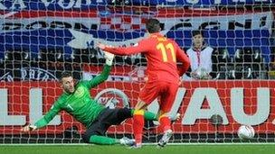 Gareth Bale yn rhoi Cymru ar y blaen