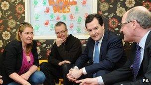 Cyfarfu George Osborne â rhieni mewn meithrinfa yng Nghaerdydd cyn y digwyddiad