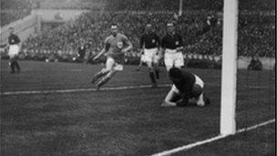 Hughie Ferguson yn sgorio gôl Caerdydd yn erbyn Arsenal yn rownd derfynol Cwpan FA 1927