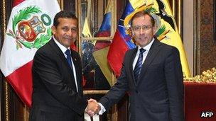 Ecuadorean Ambassador Rodrigo Riofrio (r) presents credentials to Peruvian President Ollanta Humala (l), 18 September 2012