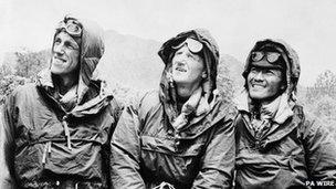 Edmund Hilary (chwith) gyda'r Sherpa Tenzing Norgay (dde), ac arweinydd y daith Colonel John Hunt (canol) yn Kathmandu, Nepal