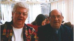 Gordon Williams ar y dde gyda'i frawd yng nghyfraith, Mick Godden.