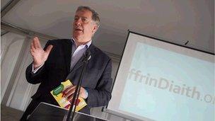 Hywel Gwynfryn yn lansiad prosiect FfrinDiaith
