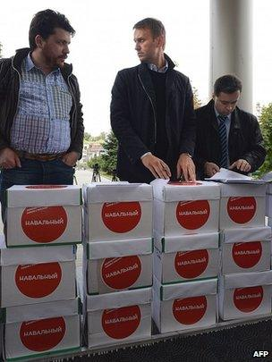 Alexei Navalny delivering boxes full of complaints of vote fraud to Moscow city court