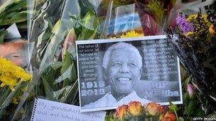 Mae teyrngedau wedi eu rhoi i Nelson Mandela o bedwar ban byd