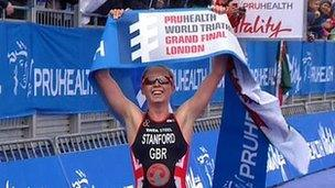 Non Stanford yn ennill y triathlon yn Llundain