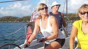 Ceris James yn hiraethu am Capel Newydd yn yr haul yn Queensland