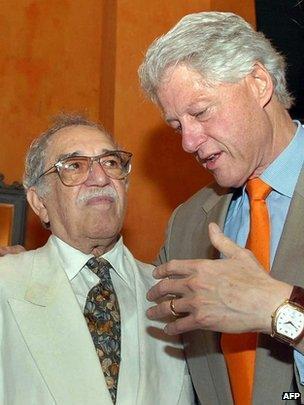 Former US President Bill Clinton (R) speaks with Gabriel Garcia Marquez in Cartagena, Colombia, on March 26, 2007.