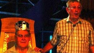 Sesiwn i ymarfer seremoni'r coroni yn 2006.