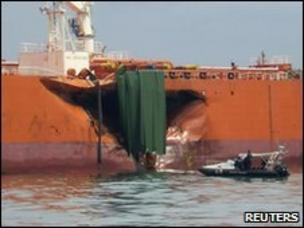 Oil tanker leak off Singapore 'largely contained' - BBC News