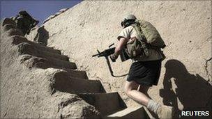 US army soldier runs up to a position near Kandahar. Photo: July 2010