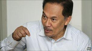 Anwar Ibrahim in talks with his lawyers at the High Court in Kuala Lumpur