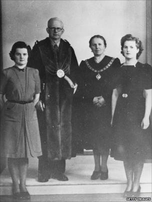 Margaret Thatcher gyda'i rhieni a'i chwaer Muriel, yn 1945