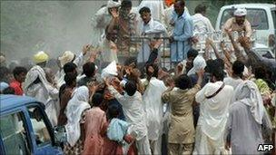 Villagers scramble for aid in Bassera, Pakistan, 13 Aug
