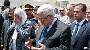 Mahmoud Abbas attends the funeral of Amin al-Hindi in Ramallah (18 August 2010)