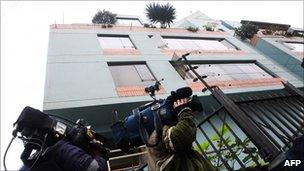Journalists stand in front of the flat rented by Lori Berenson in Lima (18 August 2010)