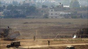 Israeli troops walk near the border with Gaza (21 July 2010)