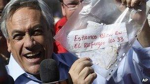 President Pinera waving miners' note
