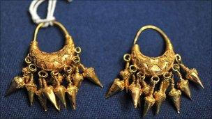 Neo-Assyrian gold earring returned to the US (Image: US Immigration and Customs)